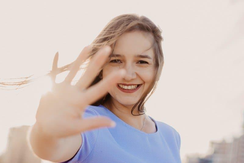 Gewerbliche Kfz Versicherung - Frau streckt Hand aus