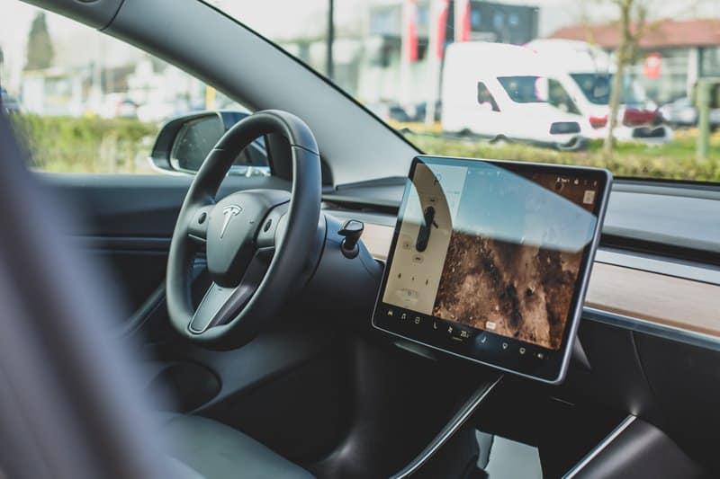 Kfz Versicherung für Elektroautos - Was gibt es zu beachten?  Die Zulassungszahlen für Elektroautos in Deutschland steigen langsam, und damit stellt sich für immer mehr Autokäufer die Frage: Wie versichere ich mein Elektroauto richtig? Erfahren Sie, welche Besonderheiten es gibt und worauf Sie bei der Kfz Versicherung für Elektroautos achten müssen.