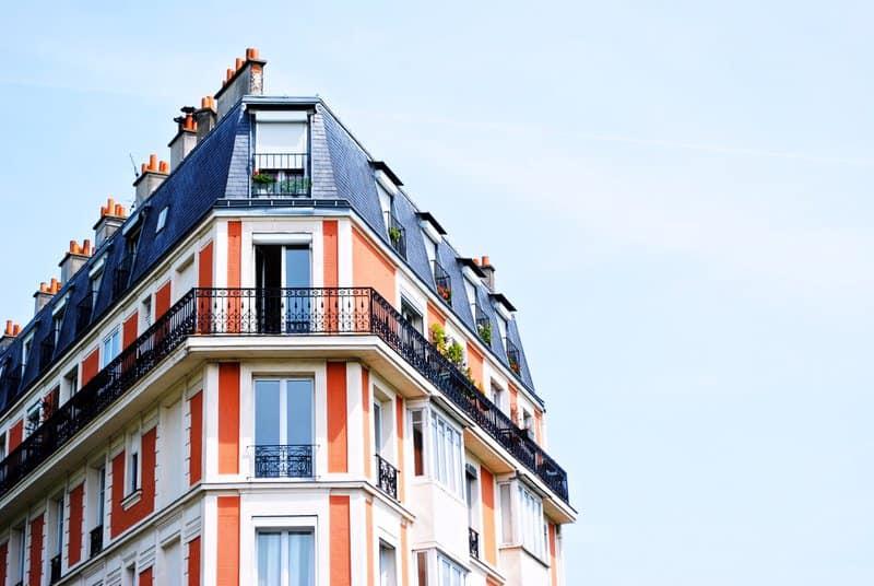 Eigentümer wissen: Mit der Vermietung der Wohnung oder des Einfamilienhauses steigt das Risiko, in Schadensfällen haftbar gemacht zu werden. In diesem Beitrag klären wir über sinnvolle Versicherungen für Vermieter auf.