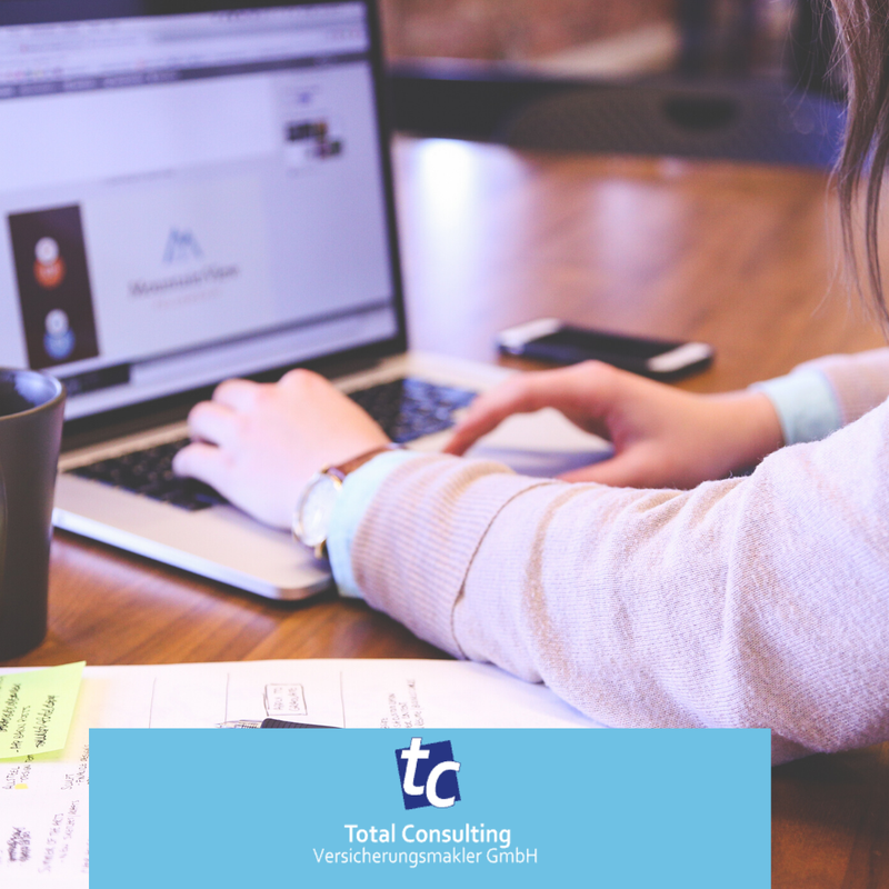 Cyber Risk und Mitarbeiter - Frau am Laptop