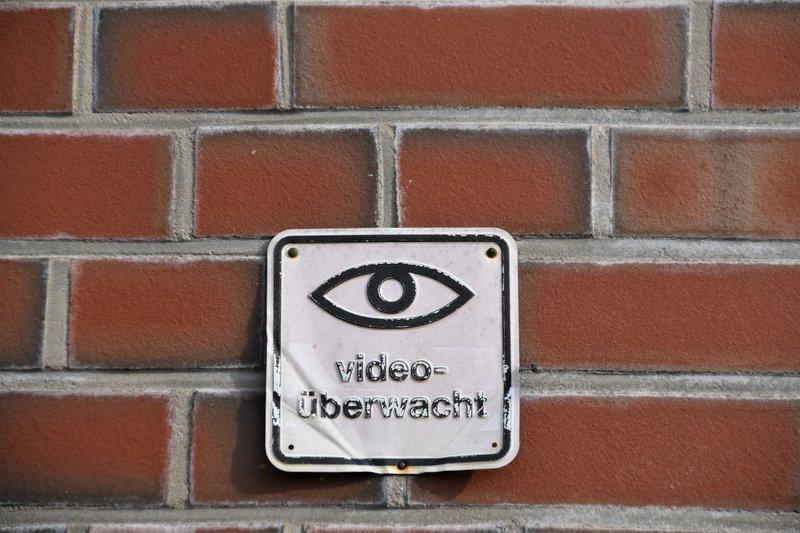 Ein Hinweisschild mit der Aufschrift Videoüberwacht, zum Thema Internet-Sicherheit